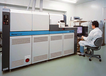 Double-Focusing High Resolution ICP Multi-Collector Mass Spectrometer (ICP-MC-MS)